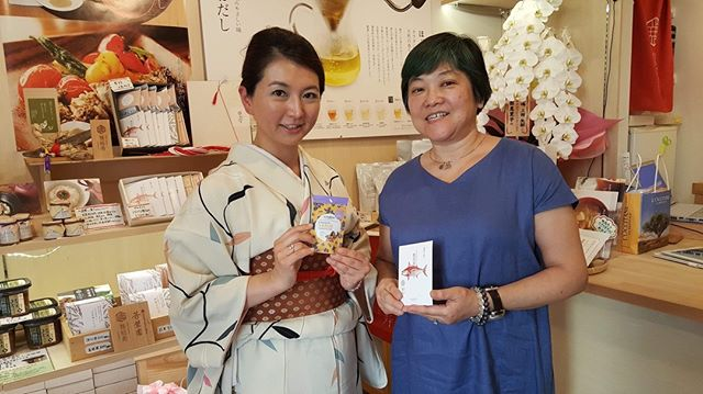One of my highlights from this trip; meeting and chatting with the lovely Abe san. She runs @miyabi_yuinojyu promoting dashi as a drink. Using only the best ingredients nothing extra added it's delicious and comforting. I introduced her to baru nuts which she'd never tried. We had a lovely meeting, looking forward to the next one. Go check out her shop in Tokyo, it's adorable.  #tokyo #japan #artisan #kodawari #dashi #nuts #barunuts #smallbusiness #foodpreneur #umami #natural #handmade #snacks