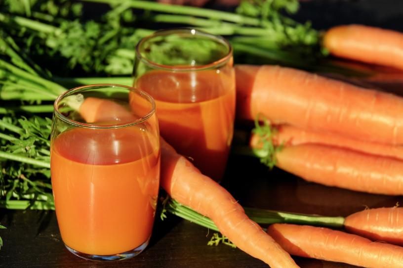 Ωμά καρότα: δίνουμε κάθε μέρα 1-2 ωμά καρότα ή ένα ποτήρι φρέσκο καροτόζουμο