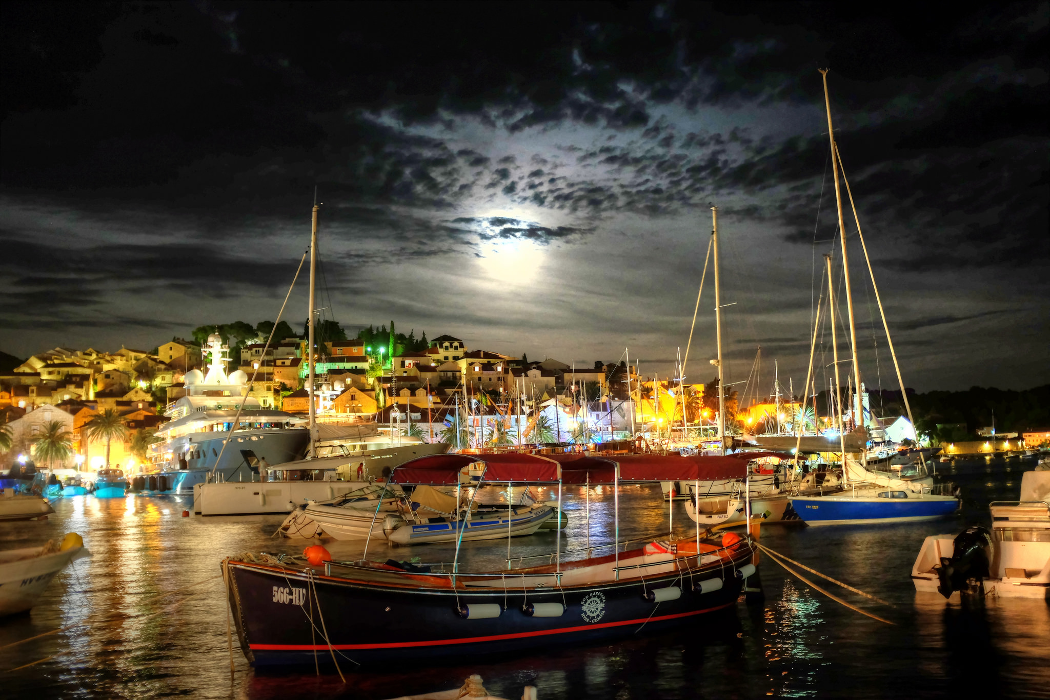 Hvar by night - Photo by Min Zhou - https://www.flickr.com/photos/125945909@N05/