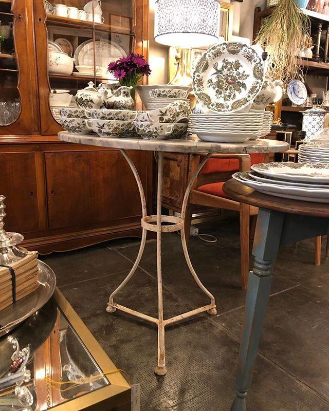 Mesas y mesitas...muchas 💥 . . . . #restauraciondemuebles #mueblesdesegundamano #mesasdejardin #mesasdecentro #mesasdenoche #mesas#mesasbarcelona