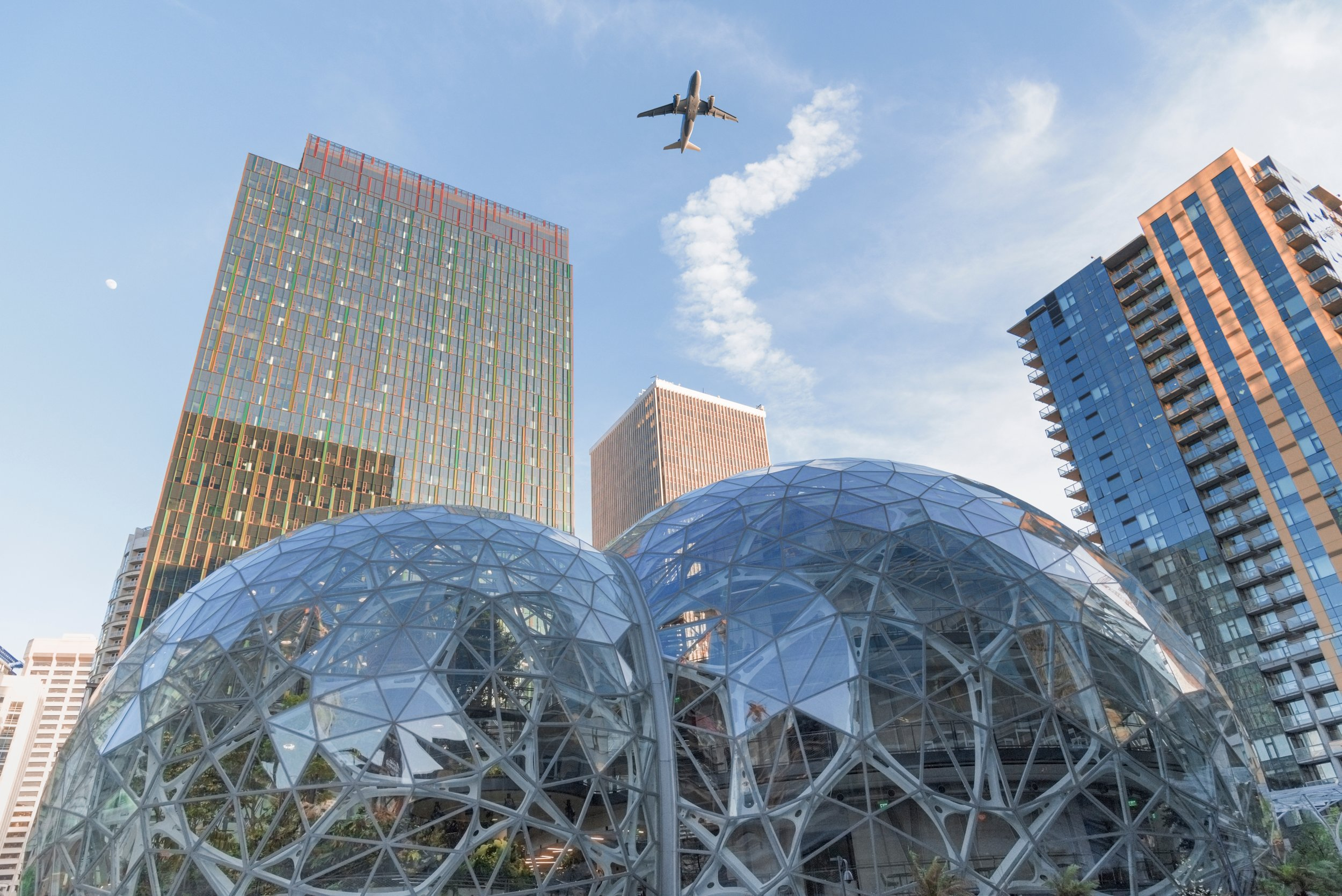 airplane-flying-over-the-amazon-world-headquarters-campus-in-downtown-seattle-washington-afternoon_t20_NGK8WQ.jpg