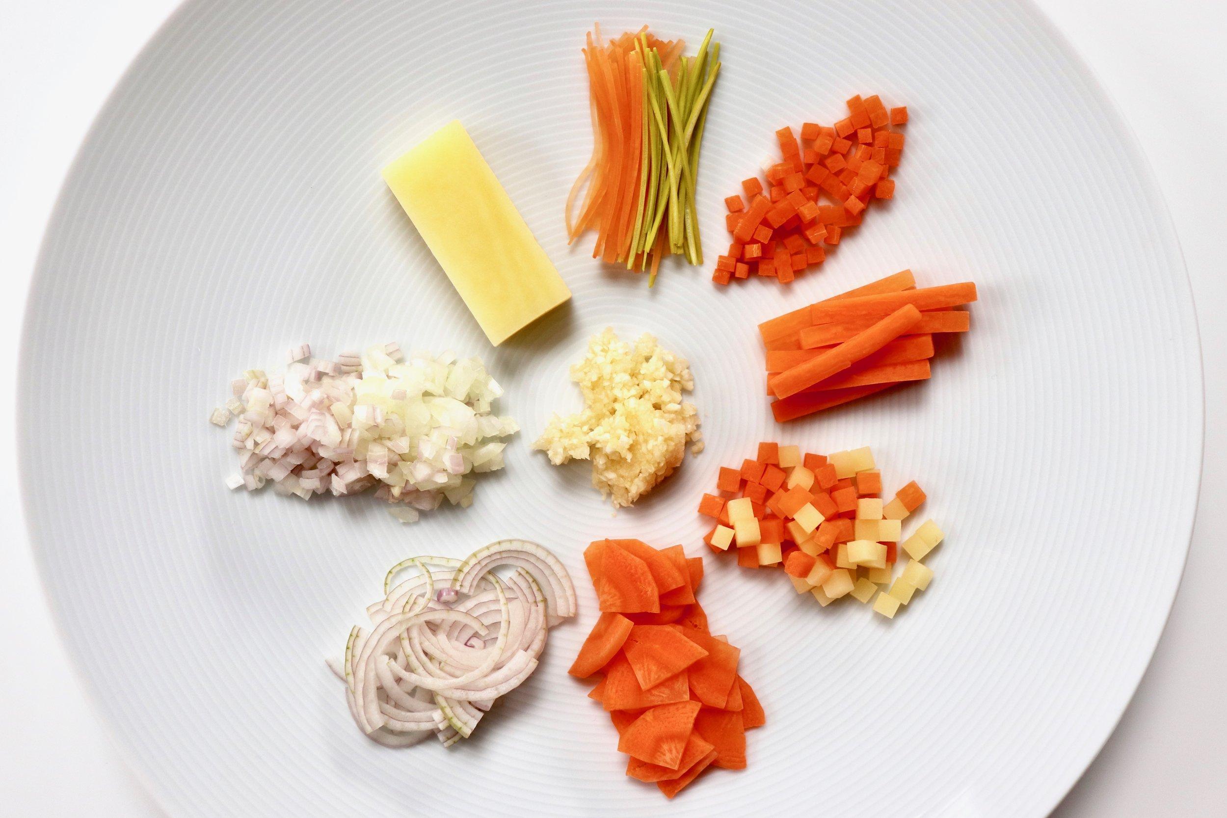 Classic vegetable cuts. Clockwise: Julienne, Brunoise, Bâtonnet, Macédoine, Paysanne, Émincé, Ciselé, Block. Centre: Haché