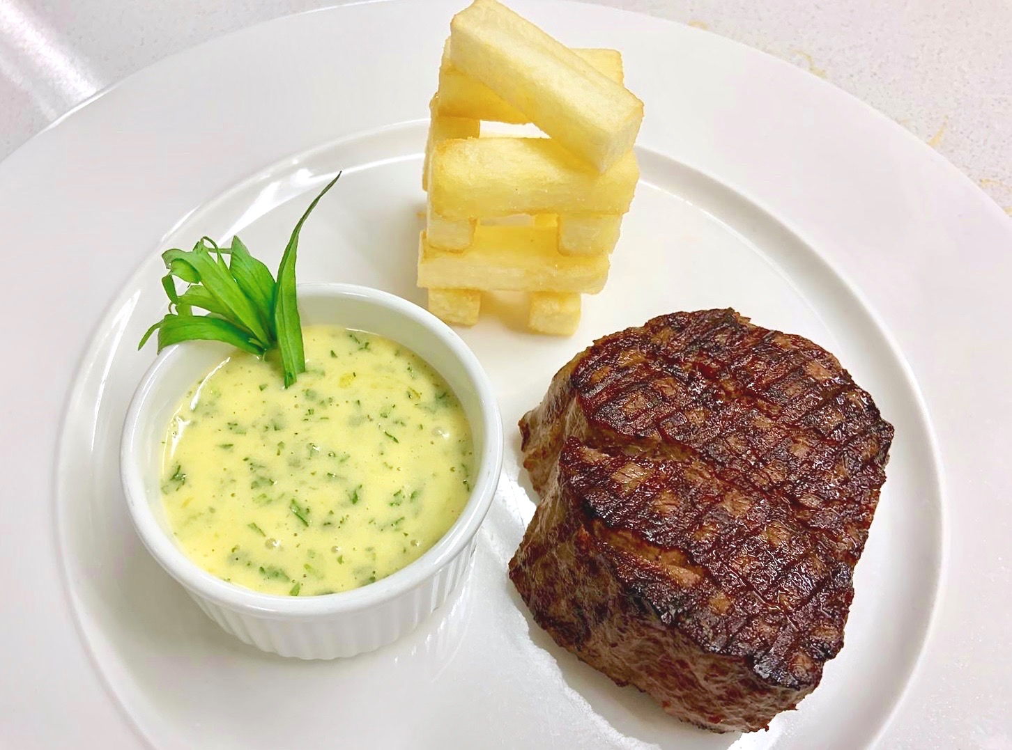 Fillet steak and chips with Béarnaise sauce