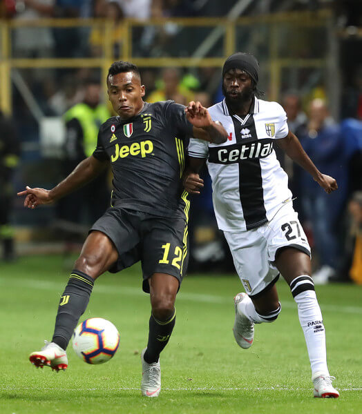 Alex Sandro of Juventus competes for the ball with Gervinho of Parma Calcio during the serie A match between Parma Calcio and Juventus at Stadio Ennio Tardini on September 1, 2018 in Parma, Italy.  (Aug. 31, 2018 - Source: Marco Luzzani/Getty Images Europe)