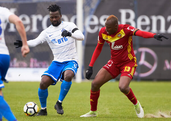 Abdul Aziz Tetteh of FC Dinamo Moscow vies for the ball with Stoppila Sunzu of FC Arsenal Tula during the Russian Premier League match between FC Dinamo Moscow and FC Arsenal Tula on March 31, 2018 in Moscow, Russia.  (March 30, 2018 - Source: Epsilon/Getty Images Europe)