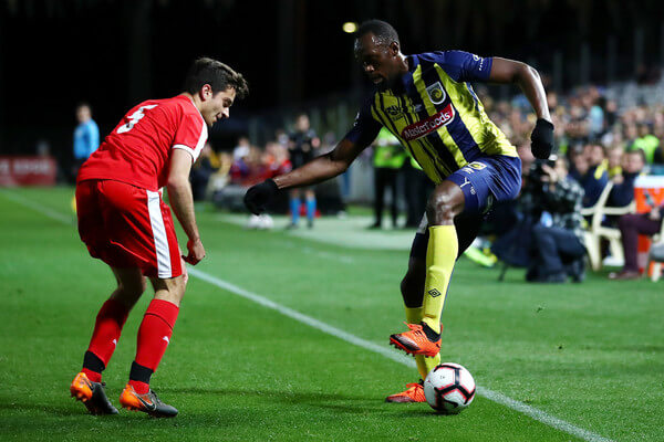 Usain Bolt of the Mariners controls the ball during the pre-season match between the Central Coast Mariners and Central Coast Football at Central Coast Stadium on August 31, 2018 in Gosford, Australia.  (Aug. 30, 2018 - Source: Cameron Spencer/Getty Images AsiaPac)