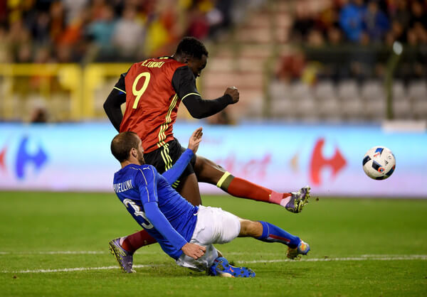 Giorgio Chiellini of Italy (L) and Lukaku of Belgium compete for the ball during the intermational friendly match between Belgium and Italy at King Baudouin Stadium on November 13, 2015 in Brussels, Belgium.  (Nov. 12, 2015 - Source: Claudio Villa/Getty Images Europe)