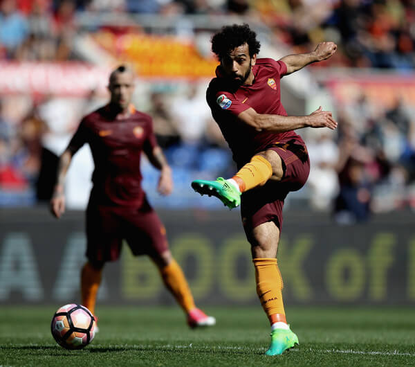 Mohamed Salah of AS Roma kicks the ball during the Serie A match between AS Roma and Atalanta BC at Stadio Olimpico on April 15, 2017 in Rome, Italy.  (April 14, 2017 - Source: Paolo Bruno/Getty Images Europe)