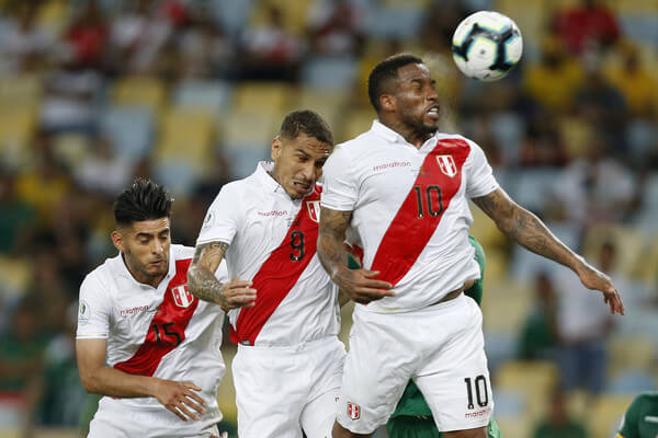 Jefferson Farfan of Peru heads the ball with teammate Paolo Guerrero and Carlos Zambrano during the Copa America Brazil 2019 group A match between Bolivia and Peru at Maracana Stadium on June 18, 2019 in Rio de Janeiro, Brazil.  (June 17, 2019 - Source: Getty Images South America)