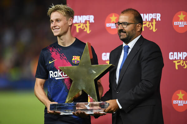 Frenkie de Jong of Barcelona is presented with the man of the match award after the Joan Gamper Trophy pre-season friendly match between FC Barcelona and Arsenal at Nou Camp on August 04, 2019 in Barcelona, Spain.  (Aug. 3, 2019 - Source: Getty Images Europe)