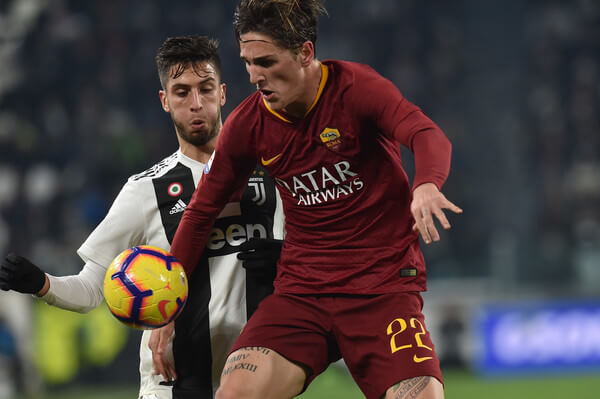 Rodrigo Bentancur (L) of Juventus and Nicolo Zaniolo of Roma compete for the ball during the Serie A match between Juventus and AS Roma on December 22, 2018 in Turin, Italy.  (Dec. 21, 2018 - Source: Tullio M. Puglia/Getty Images Europe)