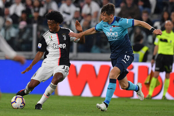 Juan Cuadrado (L) of Juventus is challenged by Marten De Roon of Atalanta during the Serie A match between Juventus and Atalanta BC on May 19, 2019 in Turin, Italy.  (May 18, 2019 - Source: Getty Images Europe)