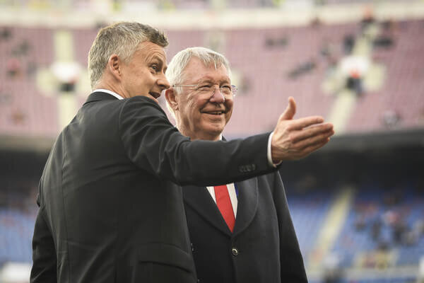 Sir Alex Ferguson speaks to Ole Gunnar Solskjaer, Manager of Manchester United on the pitch prior to the UEFA Champions League Quarter Final second leg match between FC Barcelona and Manchester United at Camp Nou on April 16, 2019 in Barcelona, Spain.  (April 15, 2019 - Source: Michael Regan/Getty Images Europe)