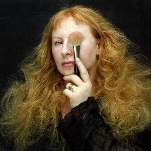 Yasmin Heinz_Gast Dozentin - Die Visagistin Yasmin Heinz zählt seit Jahren zur Weltspitze der Make Up-Künstlerinnen im Bereich Mode, Fotografie und Film.Schon früh angefangen assistierte sie im Bereich Make Up an Theatern und anderen Kultureinrichtungen bis sie schließlich ein Stipendium an der