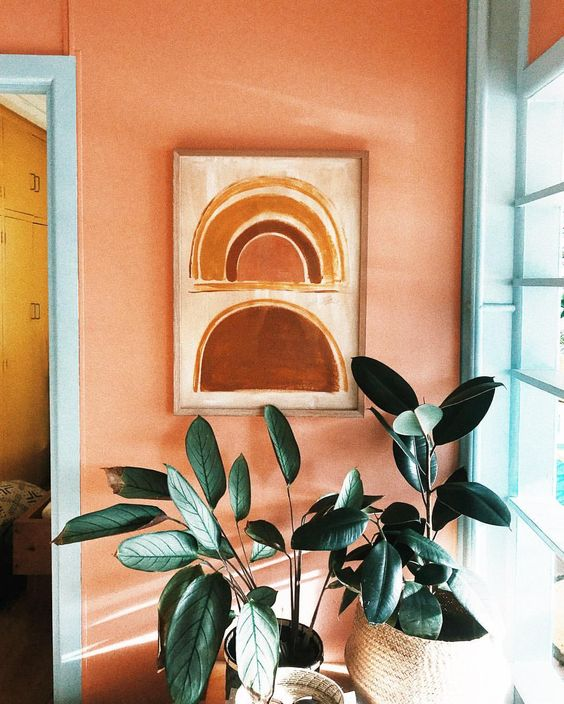 Via  Tess Guinery   Because here we see complimentary blue + orange in another light -this time in a more muted pastelly kinda way. The  artwork ties in the sorbet wall colour, and the tropical blue adds an electrifying punch . Plus, adding nature (like plants and fresh cut flowers) to a room  always works to up the ante ☝🏼