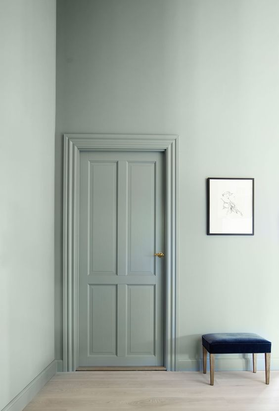 Via  Bo Bedre   Because the pale green is  carried from the walls through to the woodwork  and works in harmony with the muted flooring. The deep navy velvet pops against the backdrop, adding depth and texture ☝🏼