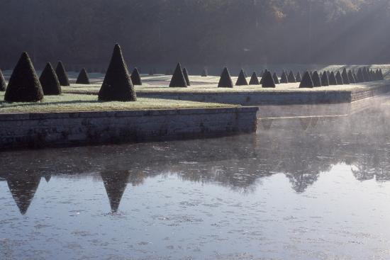 gardens-chateau-de-fontainebleau-france_u-l-q10wejw0.jpg