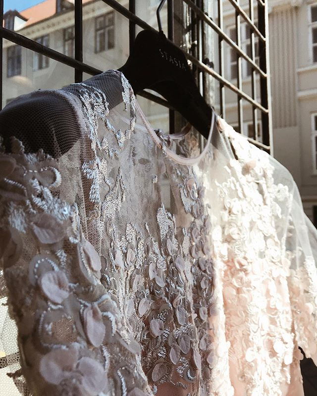 Details 🌸 • • • • • #stasia#stasiacouture#styleoftheday#stylegram#style#trends#trends2019#prom#wedding#silk#lace#handmade#custommade#fashion#bespokefashion#copenhagen#closeup#flatlayfashion#moodboard#fashioninspo#fashiondiaries