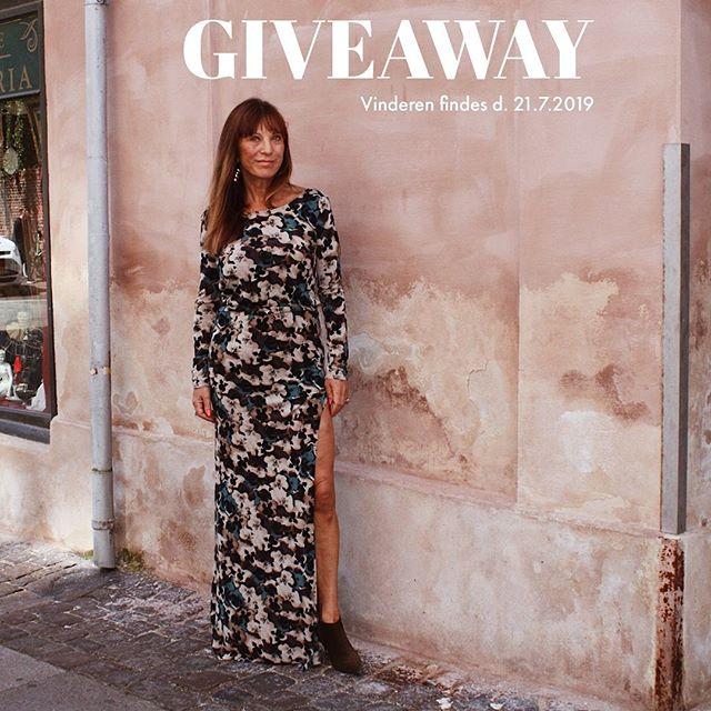 🎀 𝐆𝐈𝐕𝐄𝐀𝐖𝐀𝐘 🎀 Det er sommer og Stasia vil gerne forkæle een af jer☀️ I har nu muligheden for at vinde denne kjole med den smukkeste, draperede ryg lavet i et skønt blomsterprint.  Kjolen er lavet i stretch, hvilket gør den yderst komfortabel at bære til sommerens fester.  Kjolen kan laves i str. XS, S, M og L og har en værdi af 3500,- For at deltage skal du: 1️⃣Følge @Stasiacouture 2️⃣Like opslaget her og kommentere hvilken str. du ønsker kjolen i  Hvem af dine veninder ville se fantastisk ud i denne kjole? 😍  Vi trækker en vinder d. 21. juli kl 20.00 blandt alle deltagende. *Denne #konkurrence er hverken sponsoreret eller associeret med Instagram eller Facebook #stasiacouture#vind#giveaway