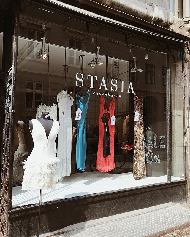 New window 👀 • • • • • #stasia#stasiacouture#styleoftheday#stylegram#style#trends#trends2019#prom#wedding#silk#lace#handmade#custommade#fashion#bespokefashion#copenhagen#closeup#flatlayfashion#moodboard#fashioninspo#fashiondiaries#sale#udsalg#brudekjoler