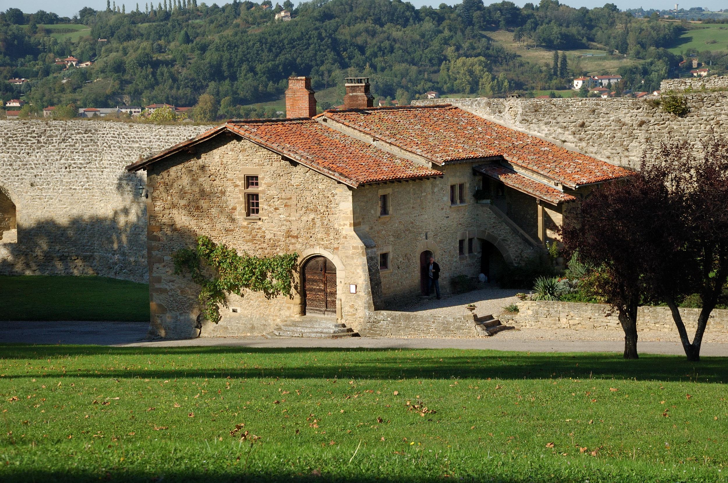 La conciergerie date des 14ème et 16ème siècles. dernier témoin du village médiéval intra-muros rasé -