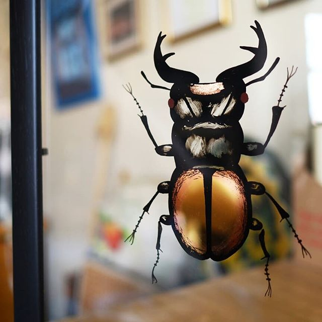 A 24kt gold with copper blend water gilded (with a spot of oil gilding too) male giant orange stag beetle. This was a really fun private commission so if there is anyone else out there that loves insects as much as this guy did then send them my way!  #reversewindowpainting #gilding #gild #watergild #stagbettle #bugs #buglifethuglife #gold #copper #nottingham #nottinghmaartist