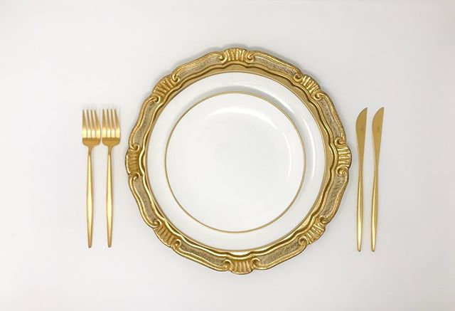 A little Old World Charm meets Contemporary Chic with our Oro Tuscany Charger + Gold Ring Dinnerware + Brushed Gold Flatware.  #TheCOVETEDco