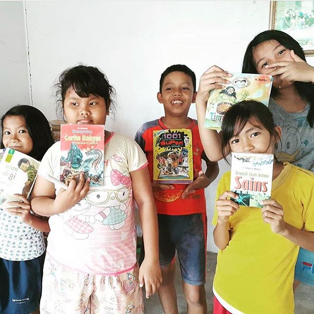 Thank YOU to all who donated their old books for the kids in Batam @rumahbaca_kampungnanas 🤗 We love seeing how happy the kids are! We hope they will continue to increase their love for learning! Special thanks to our friends at @spread.project for being the best at collecting books for children who need it most! #secondchanceinitiative