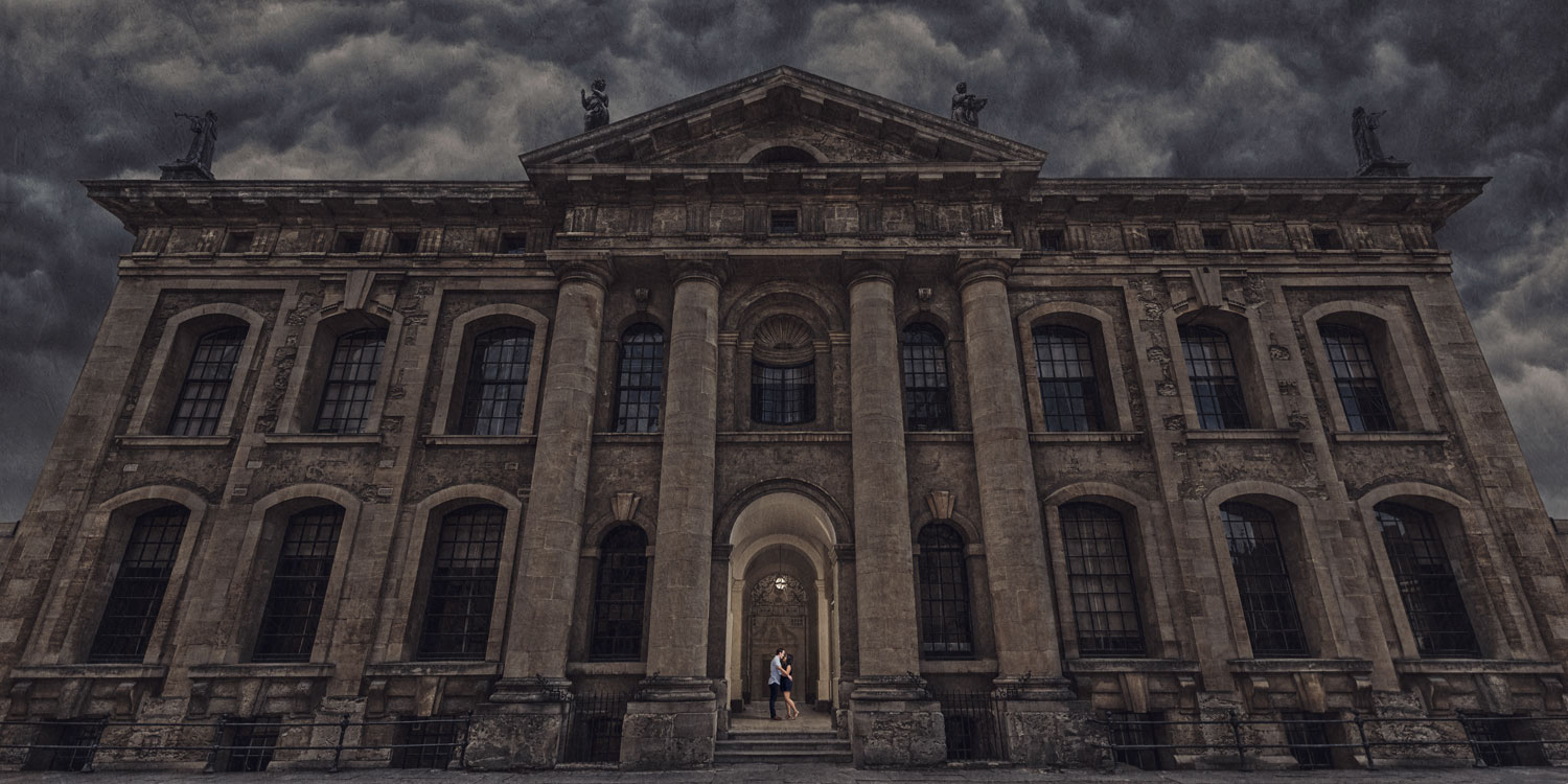 Wedding couple posing at Bodleian library