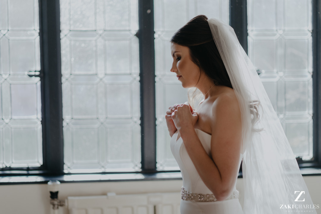 Bride putting on her jewlerry