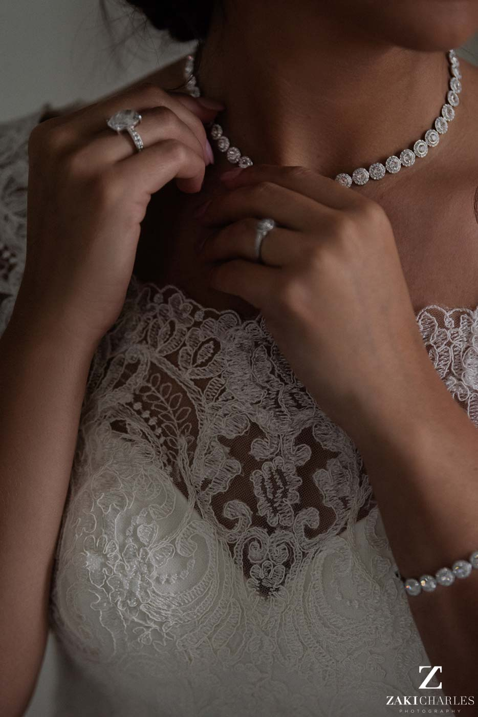 Detail of jewelry on the bride photo 2