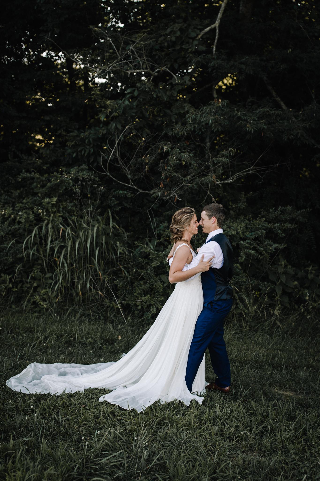 billie-shaye style photography - www.billieshayestyle.com - elkins grove wedding venue - modern classy summer outdoor wedding - bowling green kentucky-2442.jpg