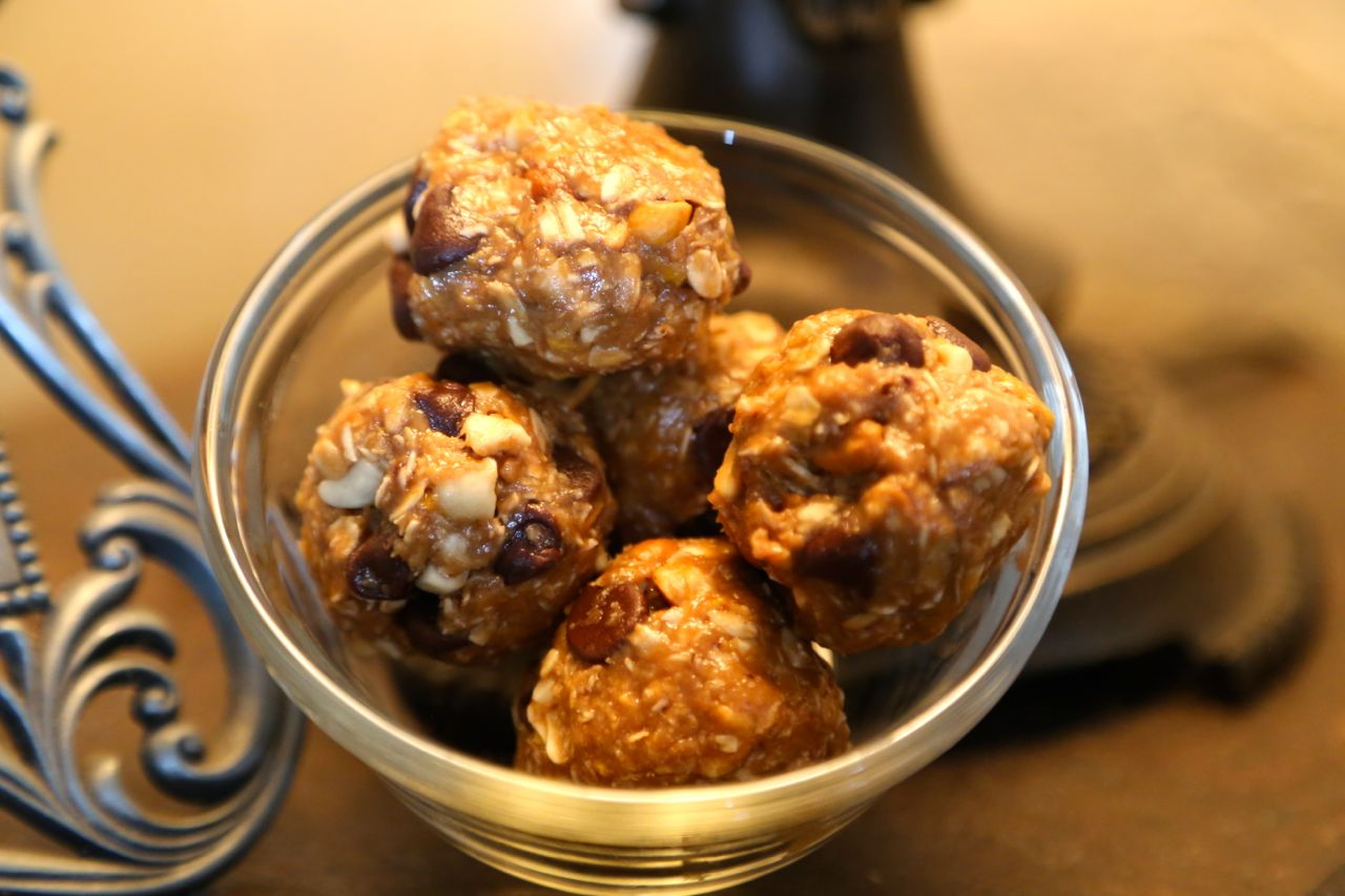 No Bake Energy Bites - 1 cup oats1/2 cup chocolate chips1/2 cup peanut butter1/2 cup ground flaxseed (or wheat germ)1/3 cup honey1 teaspoon vanillaMix in large bowl.Roll into bite sized balls. Refrigerate to set.