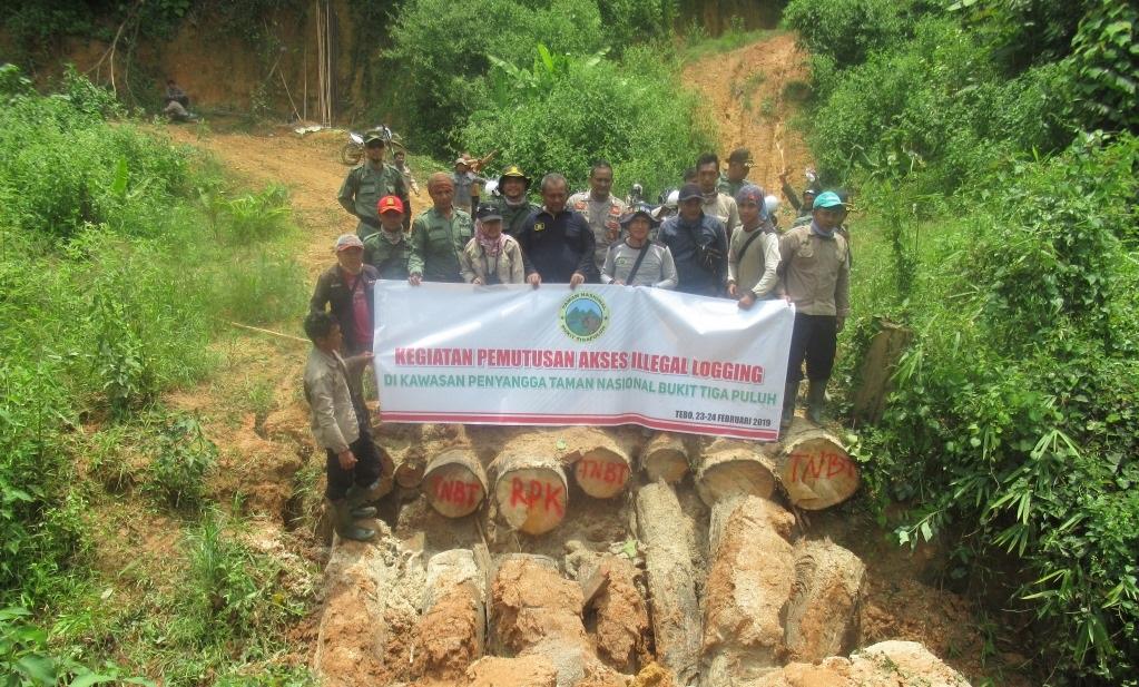 ....Closing access to illegal logging point..Penutupan akses ke titik pembalakan liar....