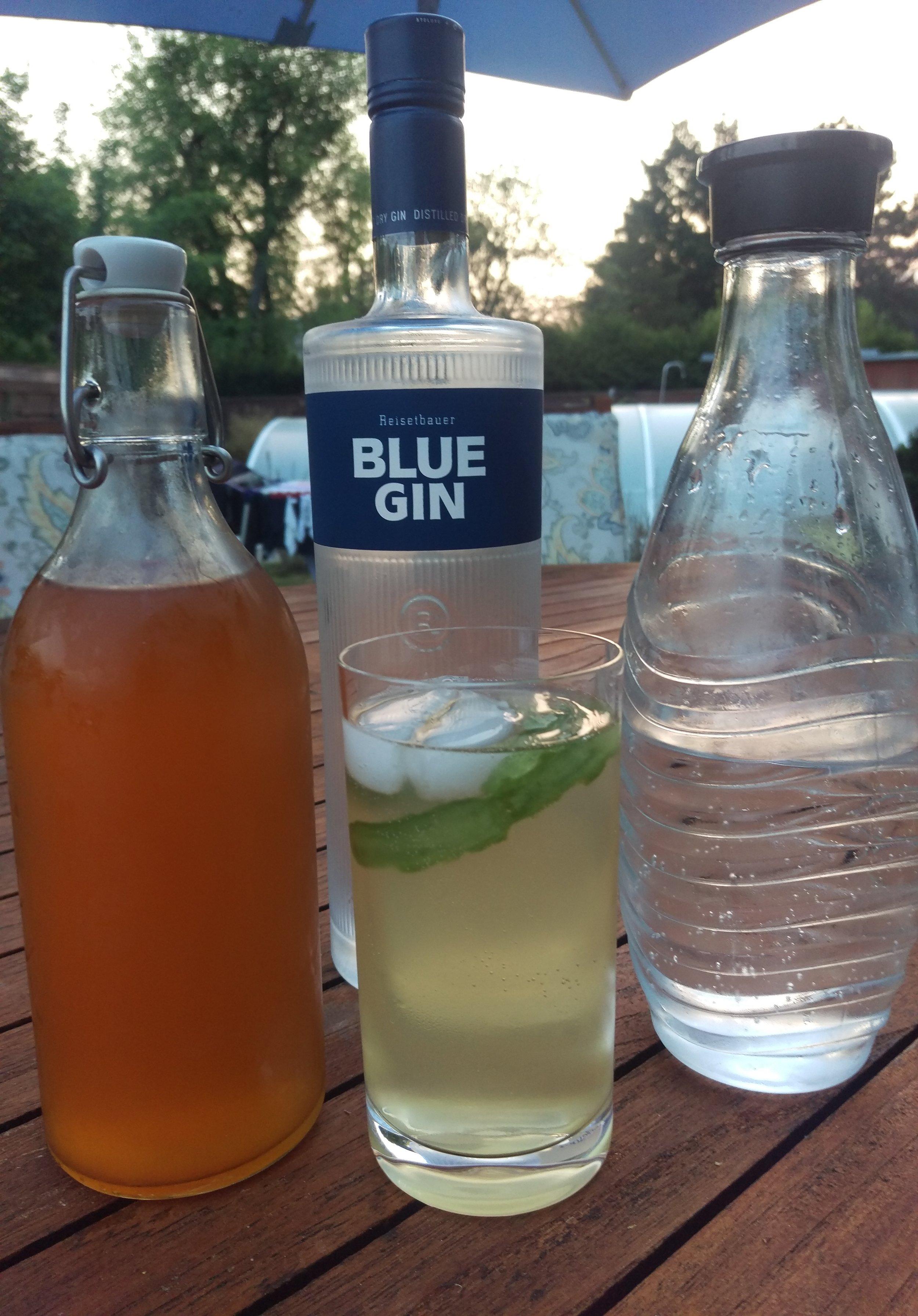 Gin Tonic - 60 ml London Dry Gin15 ml Tonic Sirup45 ml gekühltes Sodawasserin ein Glas geben, umrühren undmit Eis auffüllen.
