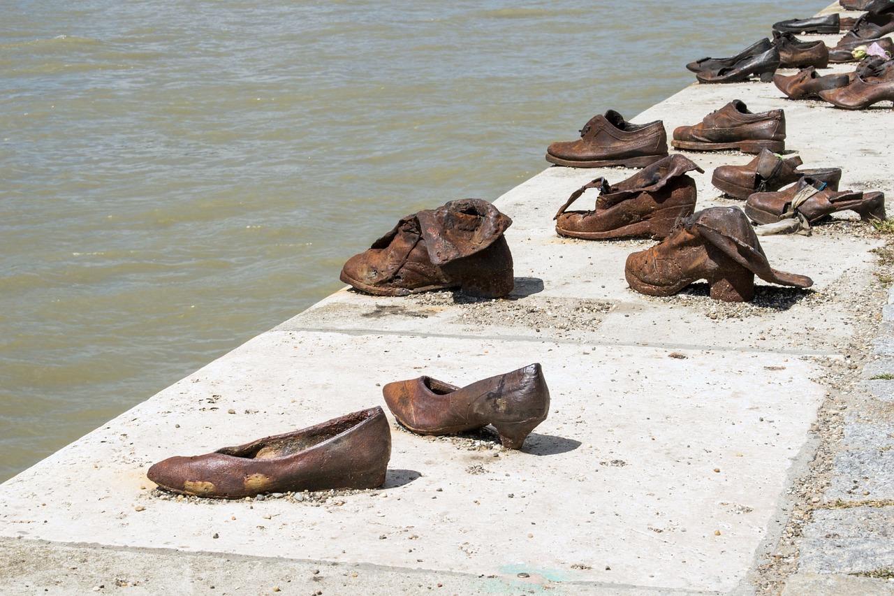 Shoes on the Danube memoir ( larahcv , Pixabay).