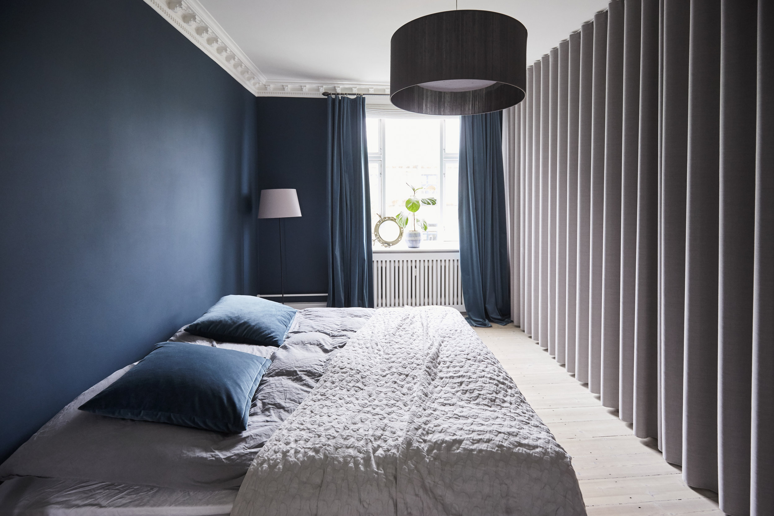 Simplicity Light Grey Mood og Velvet Midnight Blue, &Drape showroom. Foto: Indretmagazine. Stylesystemet. Fotograf Trine Bukh.