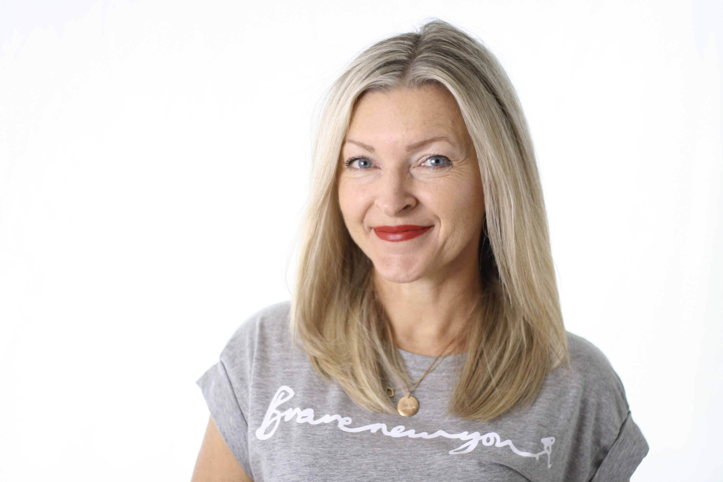Your Coach - Lou Hamilton has been a coach for 16 years, trained coaches at an accredited coaching academy & is dedicated to helping individuals & brand members be confident, creative & impactful. Writer & illustrator of Brave New New Girl- How to be Fearless, and the self-help book Fear Less, Lou is also an artist & filmmaker.