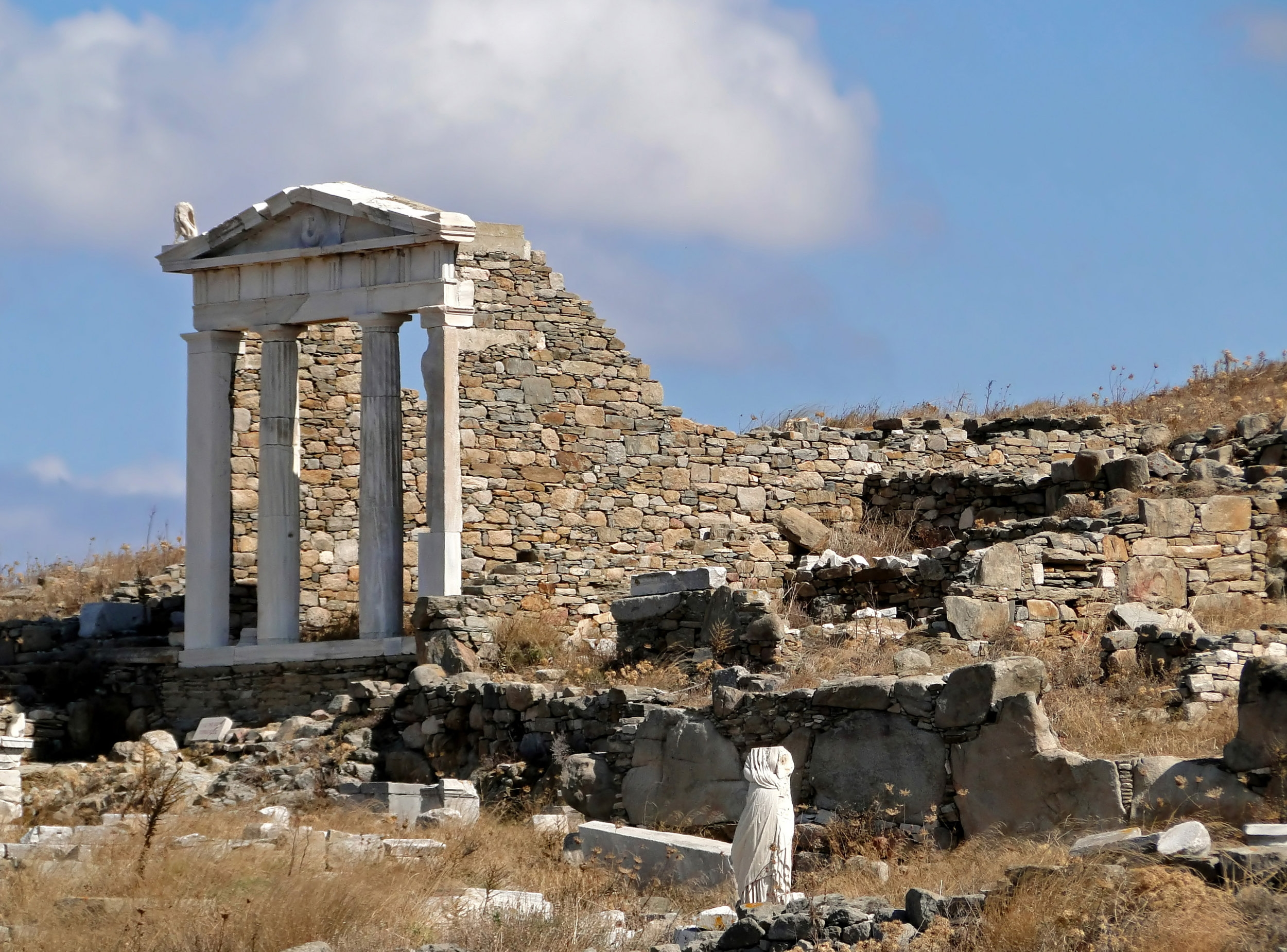 Temple_of_Isis,_Delos_01.jpg