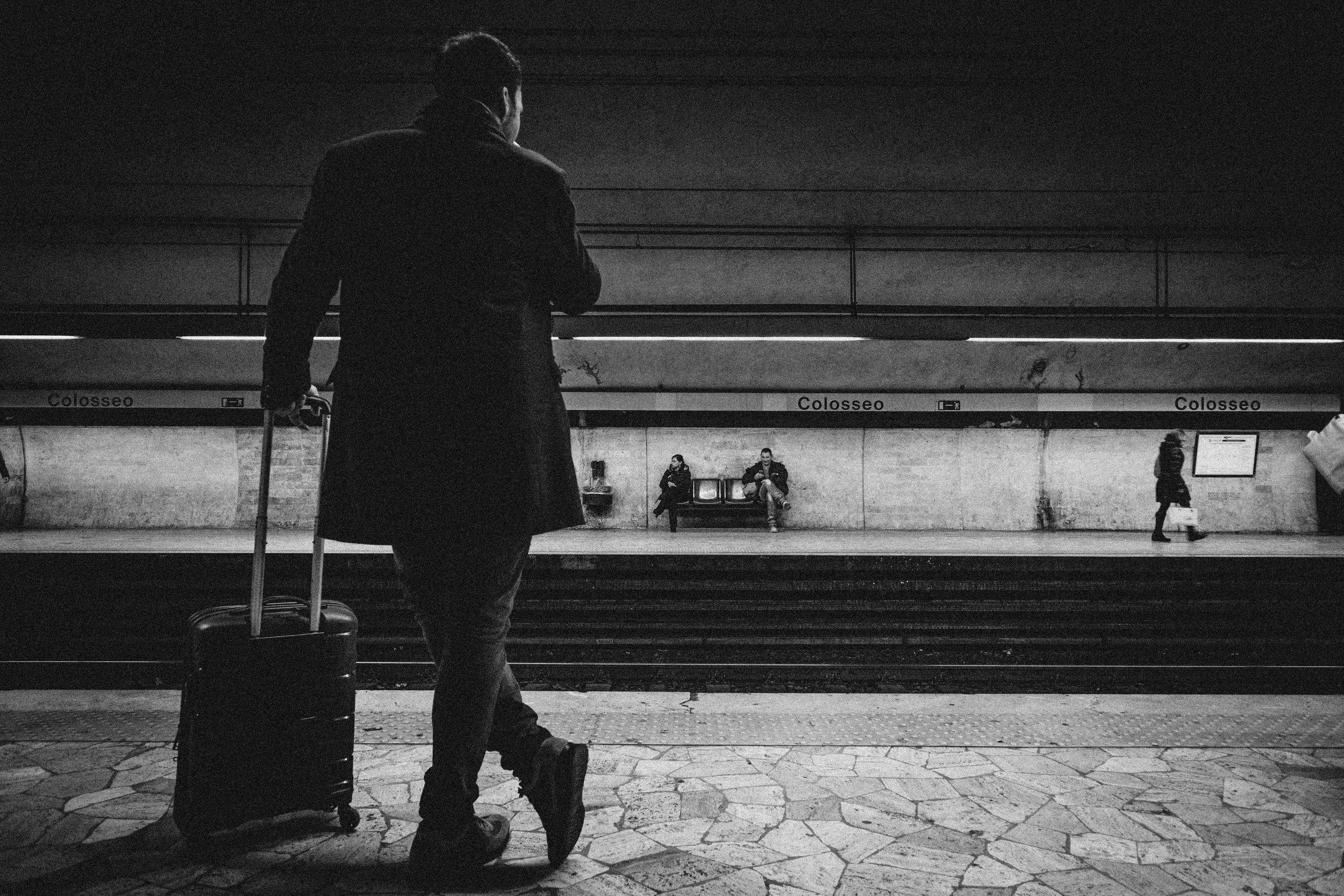 black-and-white-luggage-man-896768.jpg