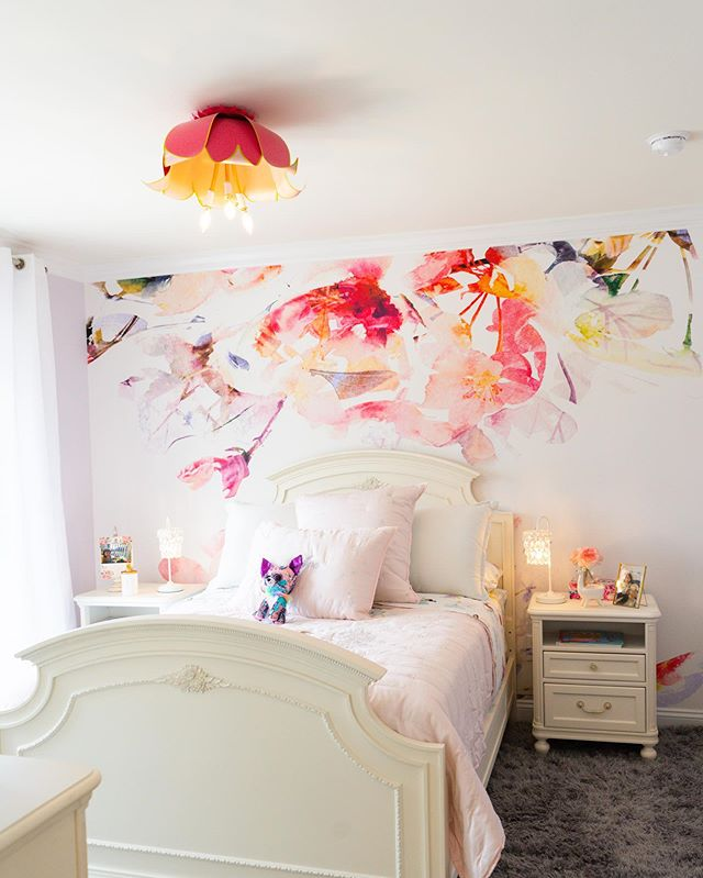 "I love this cheerful and fun room! That light fixture and wallpaper (at least I think is wallpaper) combo is so stinking cute!!! There is this part of me that wants to wallpaper every room and another that's all ""that's a terrible idea..."" I think this is a happy middle😁. • Design by @tootledesigns  Home by @schellbrothers"