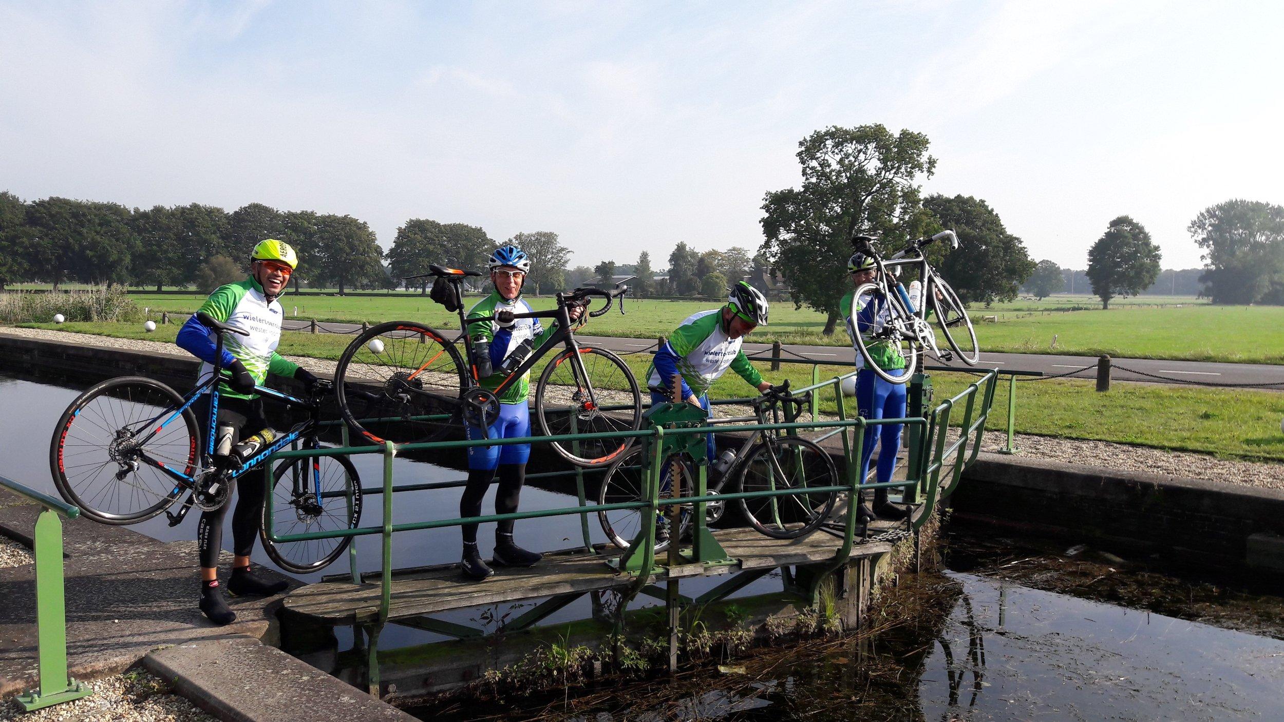 We rijden naar Heerde. Een bijzondere rit met een bijzonder bruggetje.