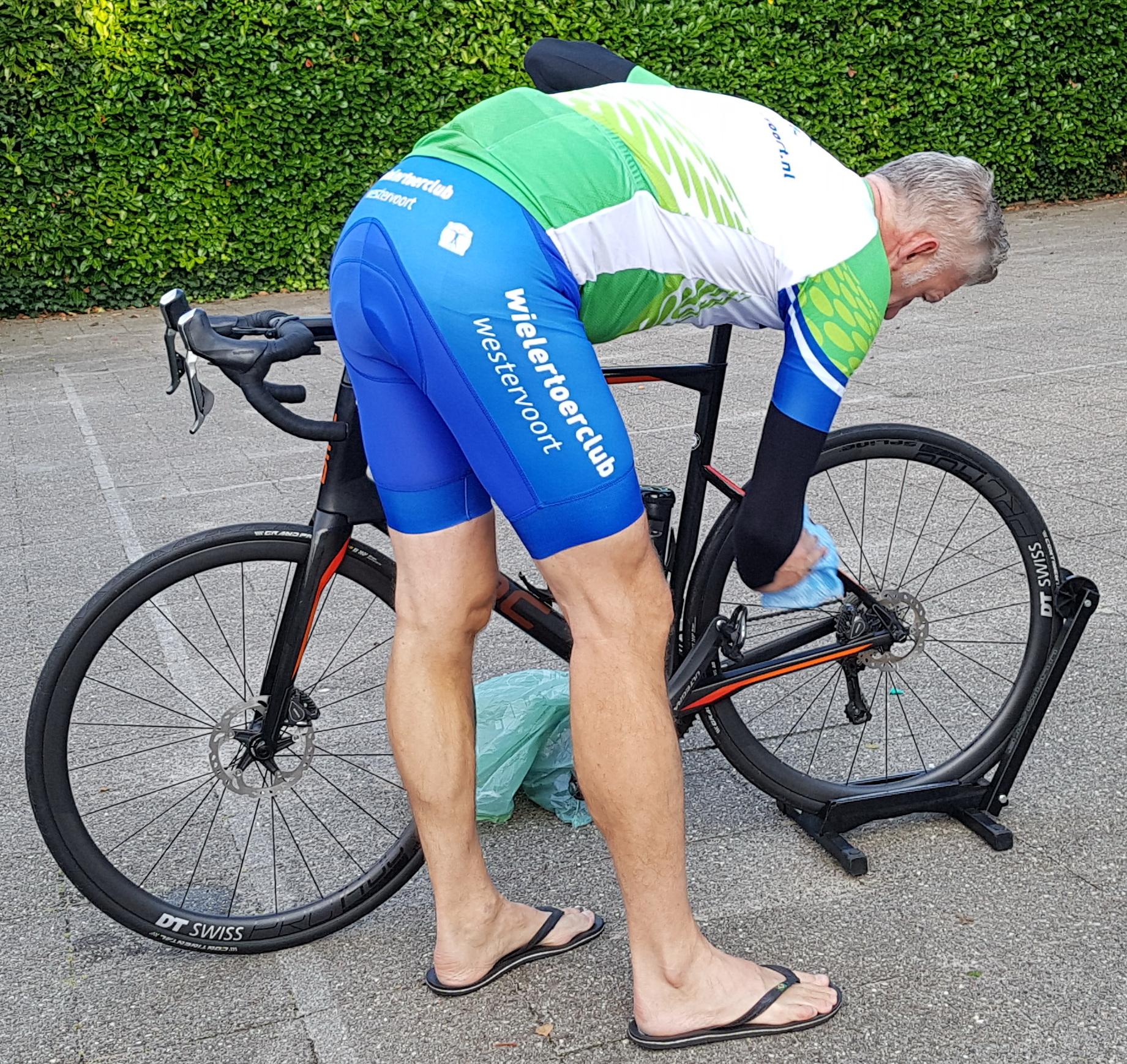 Na de natte wegen van de 1e dag wordt de 2e ochtend eerst de fiets gepoetst.