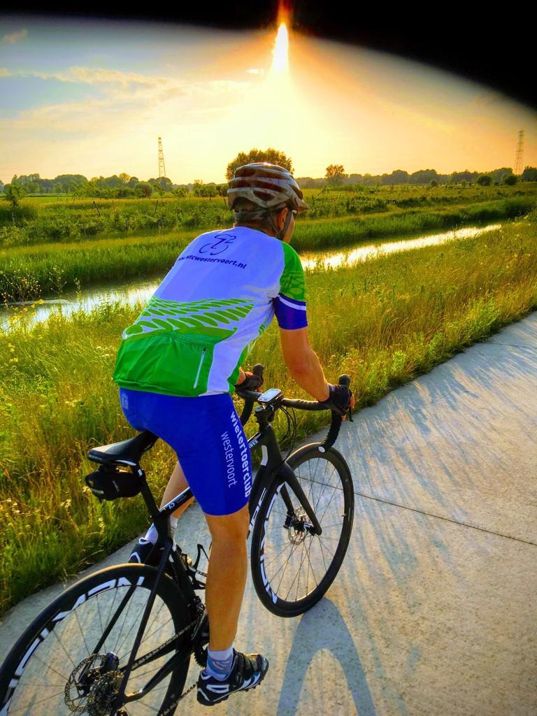 Donderdag avond rit 6-7-2019 langs de Linge. Peter in afwachting van zijn operatie toch weer op de fiets. Het bloed kruipt waar het niet gaan kan.