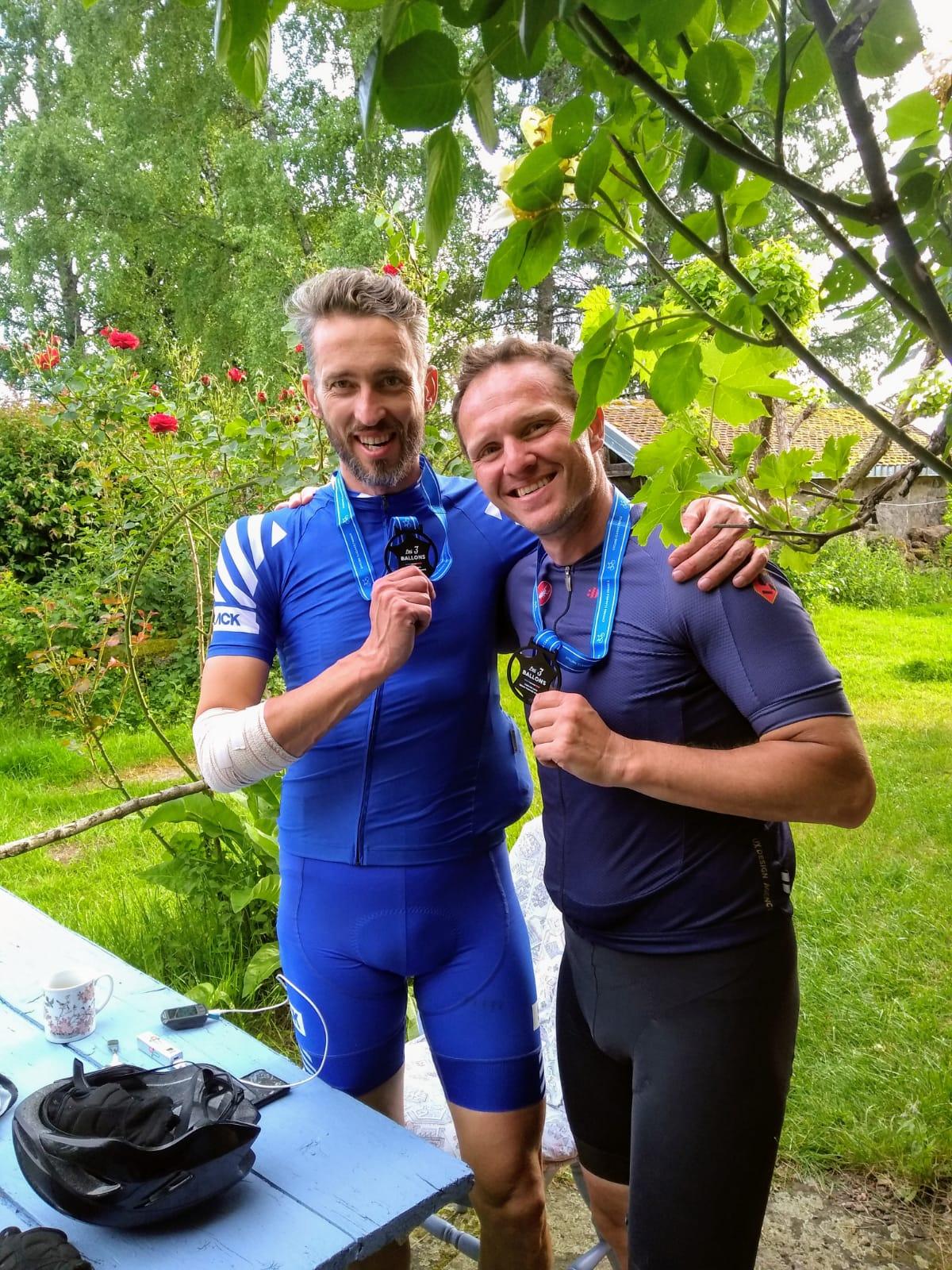 Daniel en Chios trots op hun medaille. Daniel na een val met de arm in het verband.