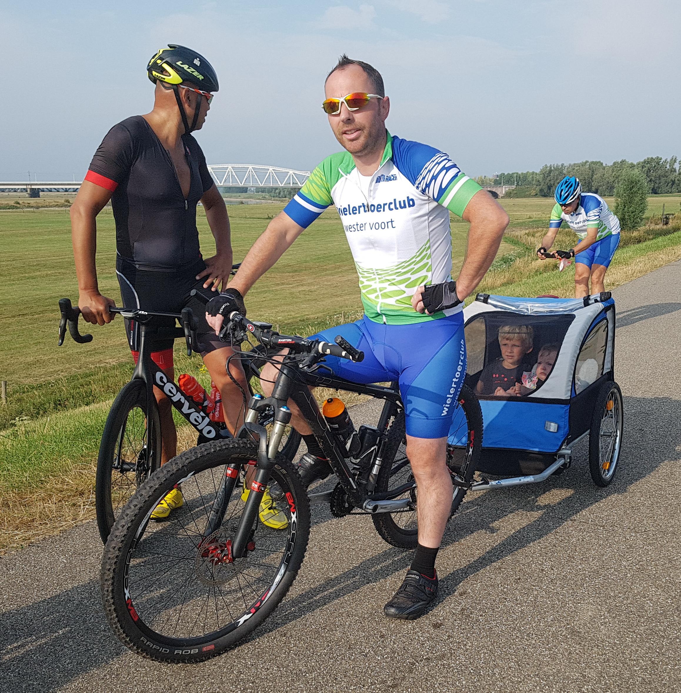 We komen onderweg Berruw tegen. Hij is met toekomstige leden aan het fietsen.
