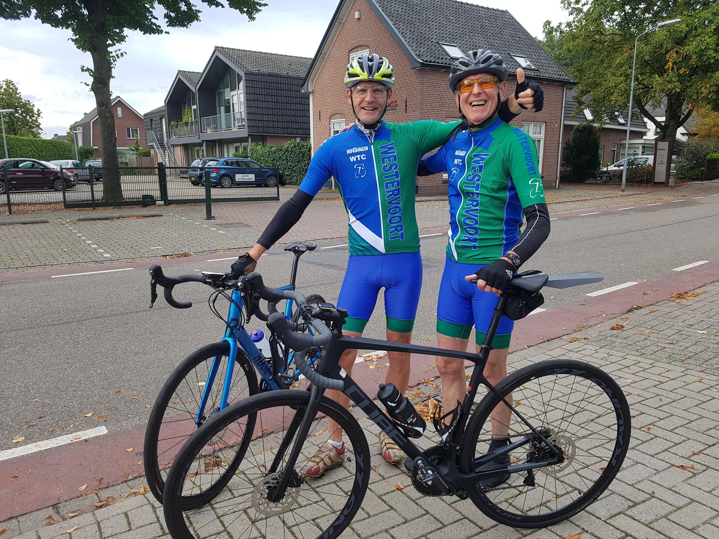 Teije en Leo met de nieuwe fietsen