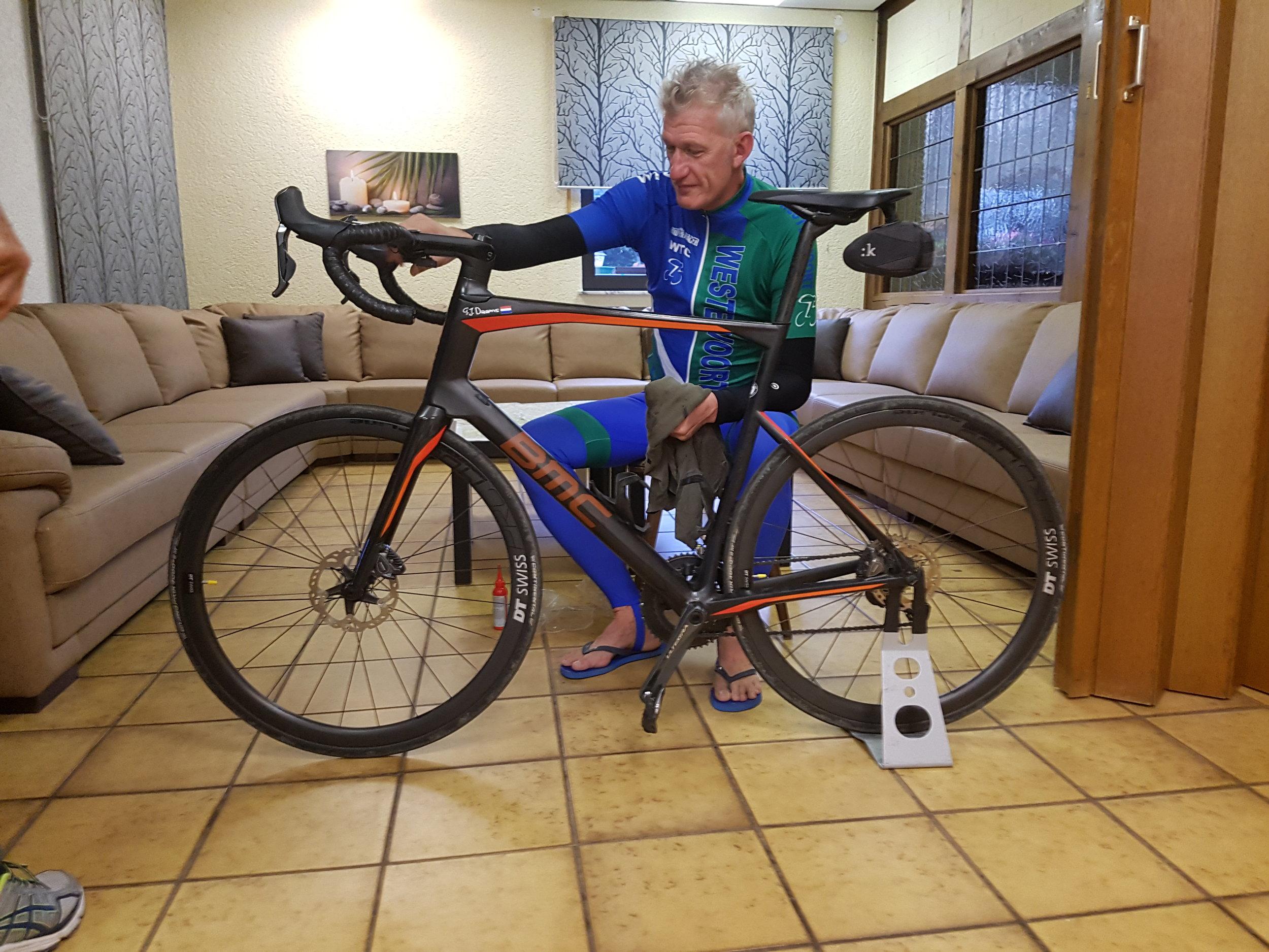 Gerrit-Jan poetst zijn fiets voor de zaterdag rit van 125 km met 1800 hoogtemeters.