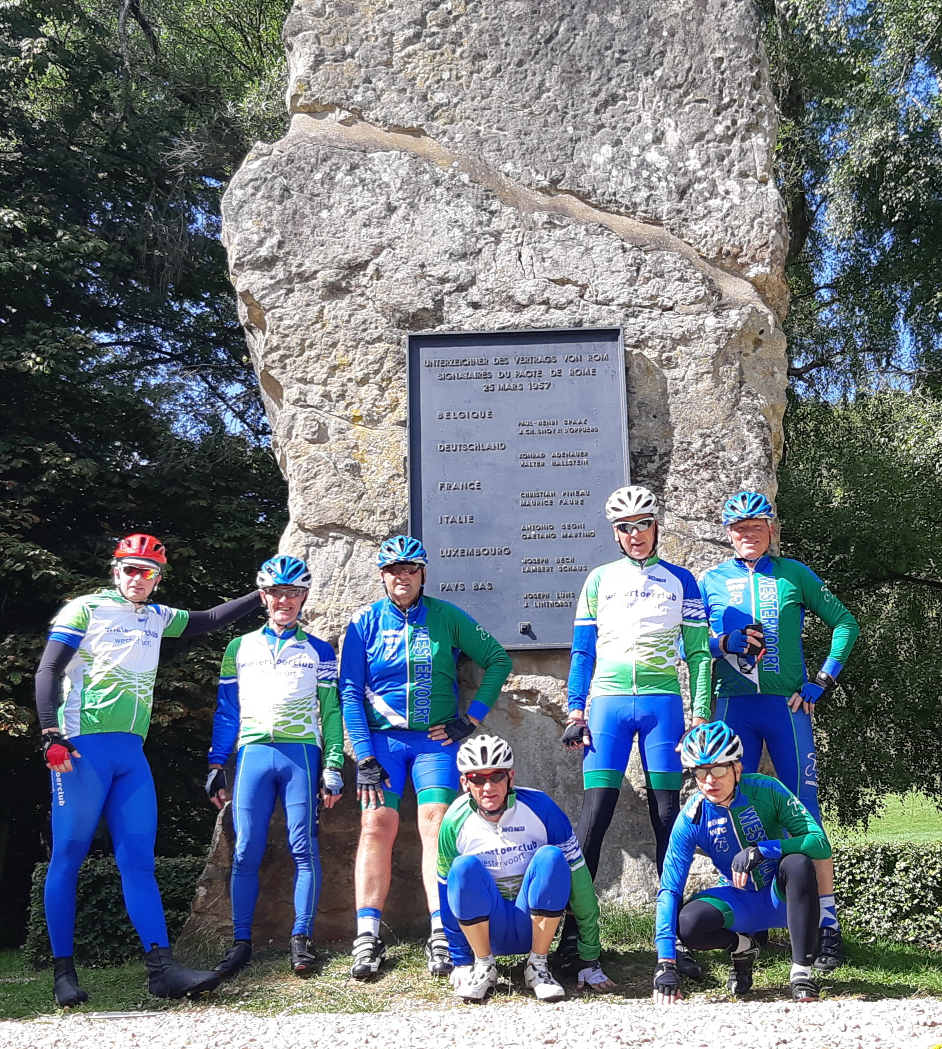 Groep 1 poseert bij het Europa monument vlak bij het 3 landenpunt Duitsland, België en Luxemburg.  WTC is immers meer dan fietsen alleen.