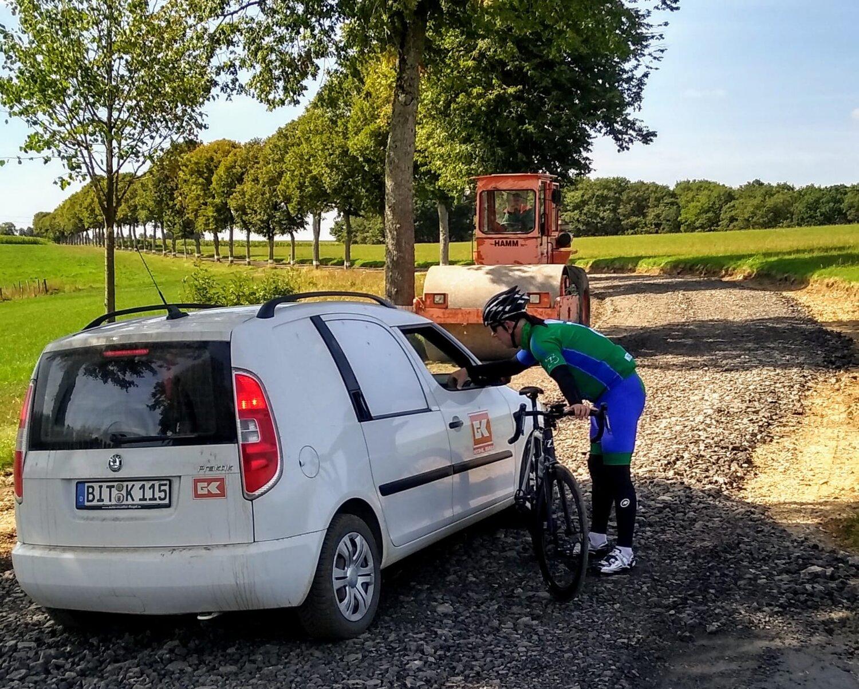 De weg is compleet opgebroken. Jos vraagt of we hier door kunnen rijden? De mountainbikers van groep 3 wel!